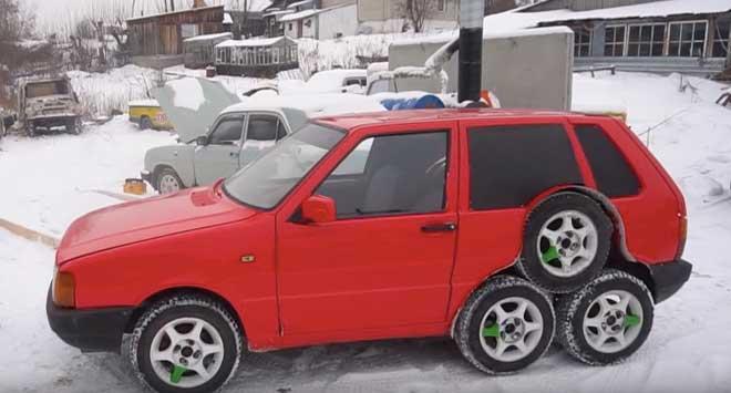 Una strana Fiat Uno a otto ruote